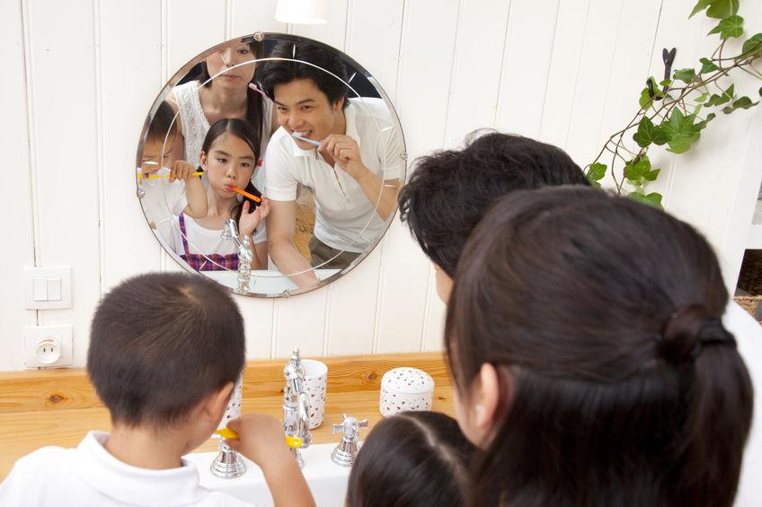 家庭での歯みがき(イメージ)